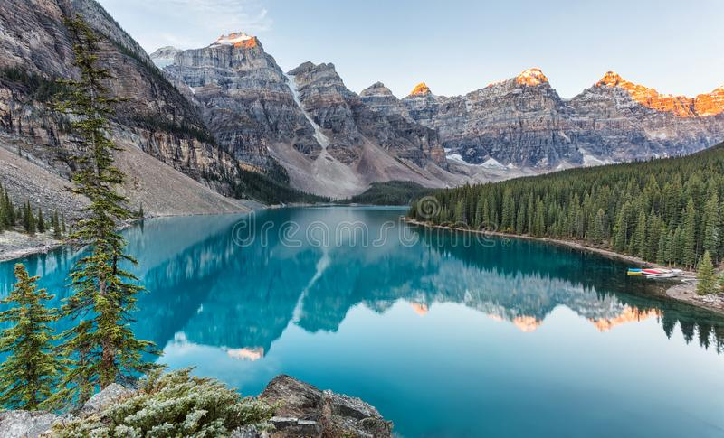 Morän sjösoluppgång i den Banff nationalparken fotografering för bildbyråer
