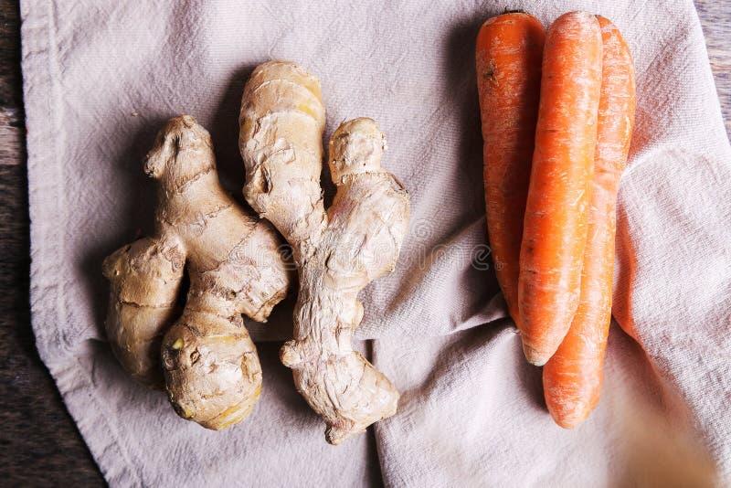Morötter och ingefäran rotar royaltyfria bilder