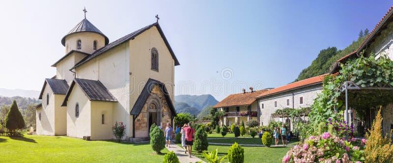 MORACA谷,黑山- 2014年8月10日:Moraca修道院,位于Moraca Ri的谷的塞尔维亚正统修道院 免版税图库摄影