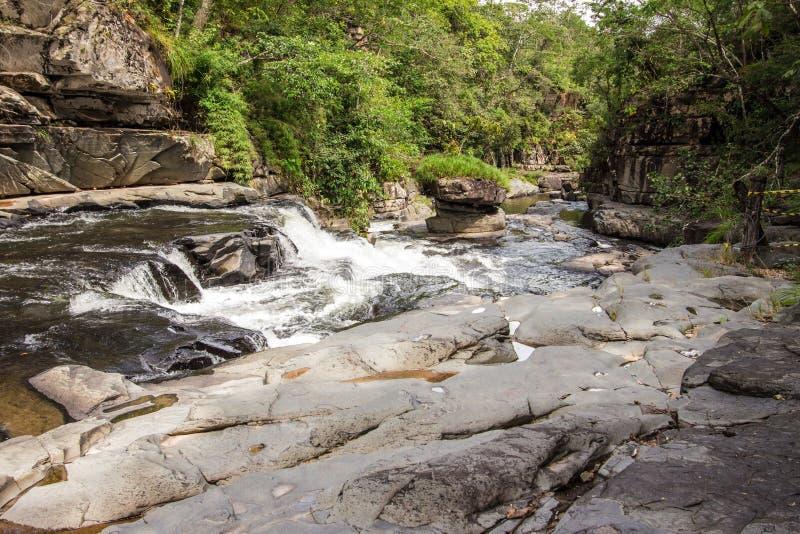 Morada gör solenoid-vattenfallet i chapada gör veadeiros royaltyfri bild