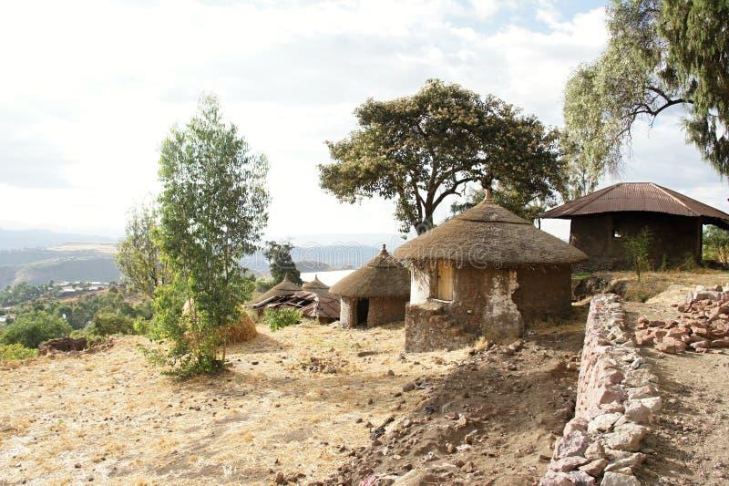 Moradia nativa com o telhado da palha em Lalibela foto de stock
