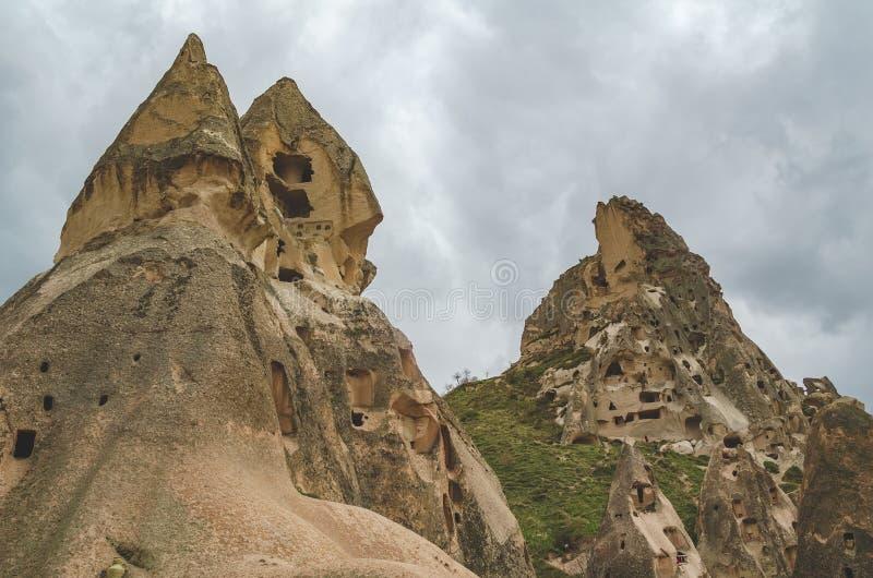 Moradias abandonadas nas rochas do tufo vulcânico em Cappadocia turco imagem de stock