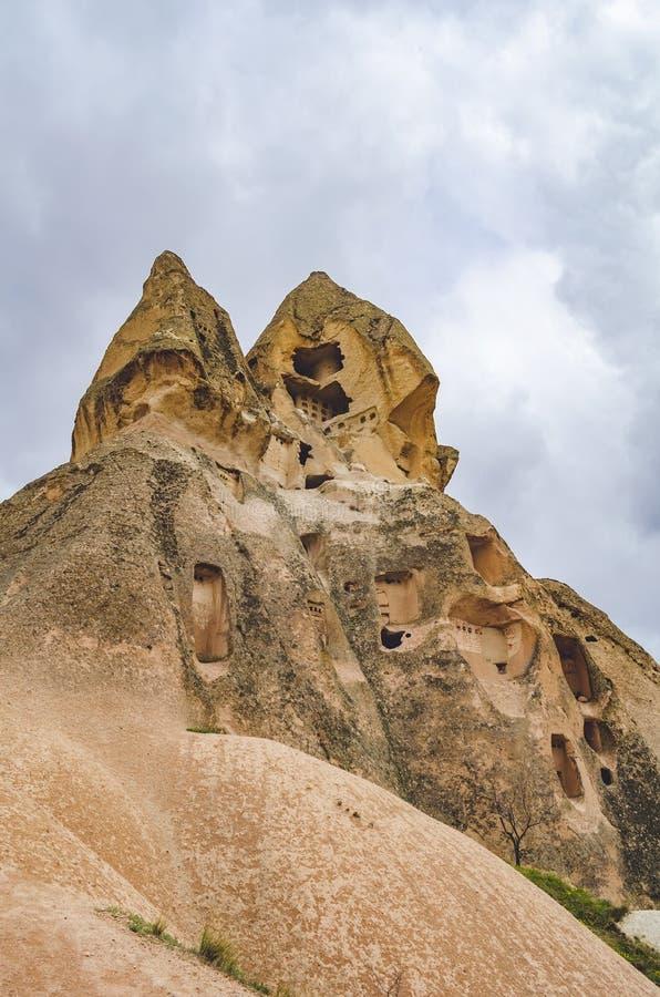 Moradias abandonadas nas rochas do tufo vulcânico em Cappadocia turco Goreme no inverno frio imagens de stock