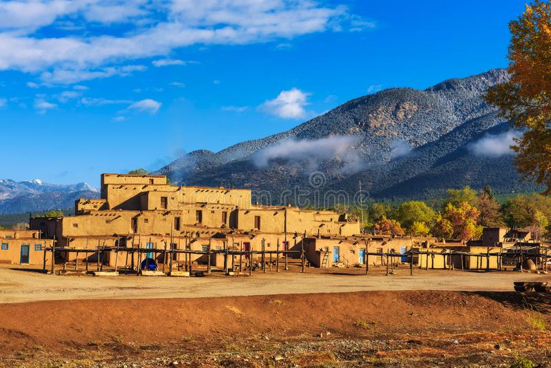 Moradias antigas do povoado indígeno de Taos, New mexico fotos de stock royalty free