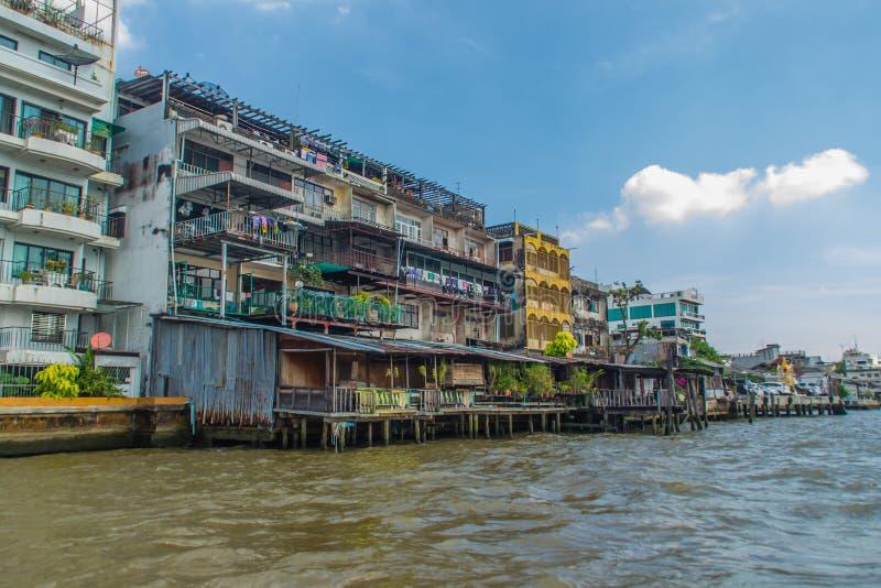 Moradias pobres coloridas no banco de Chao Phraya River, Bangko fotografia de stock