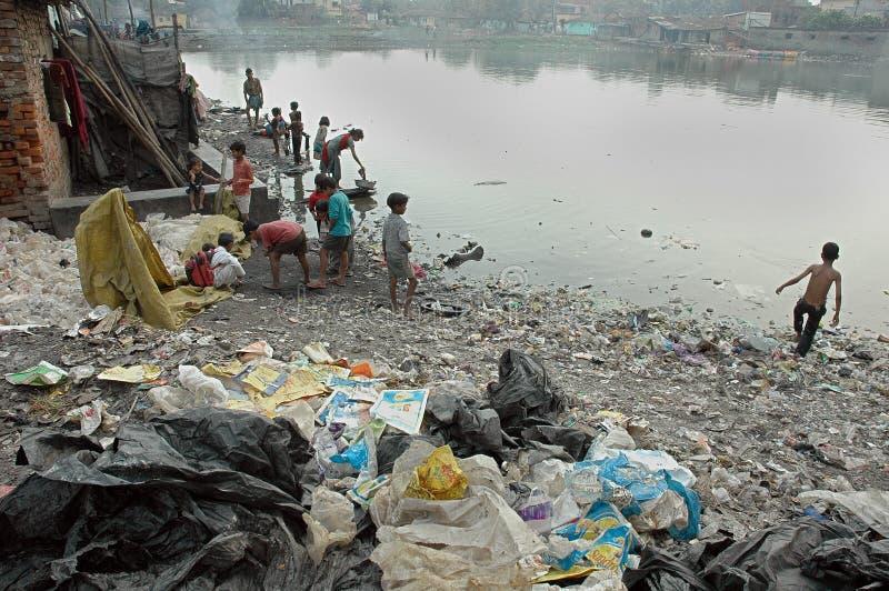 Moradores do precário de Kolkata-India foto de stock