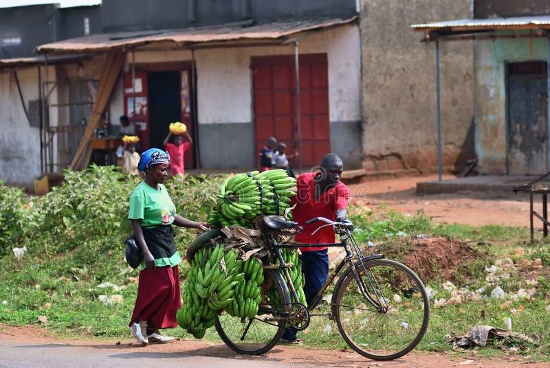 Moradores do precário em Kampala, Uganda, África imagens de stock