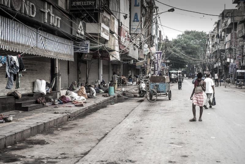 Moradores e vendedores da rua de Nova Deli imagem de stock royalty free