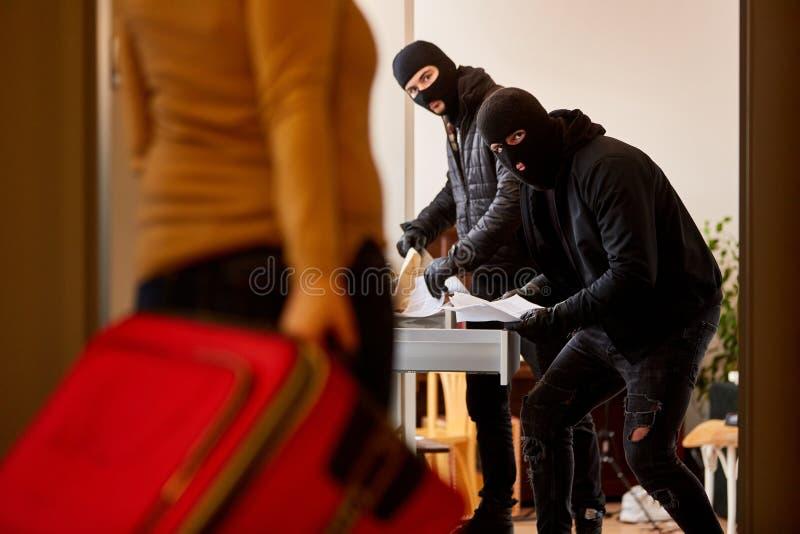Moradores surpreenderam ladrões no ato foto de stock