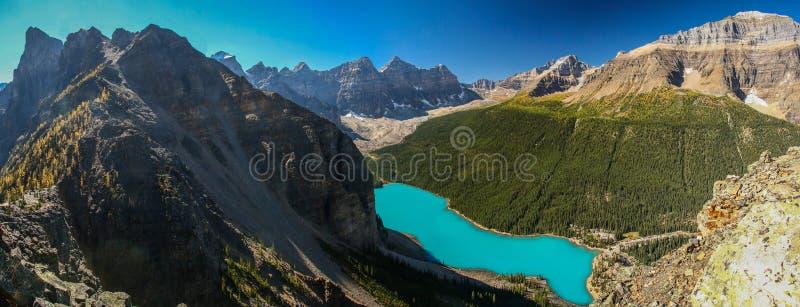 Moraine湖,班夫NP,加拿大Panoramatic视图从巴别塔的 库存图片