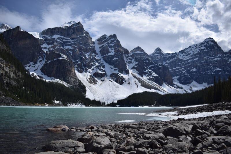 Moraine del lago e la valle dei dieci picchi immagini stock libere da diritti