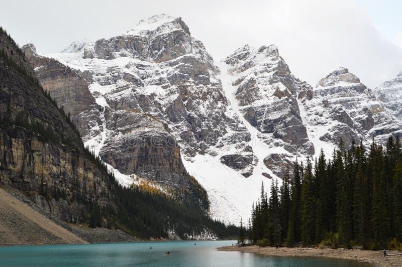 Moraine do lago, Canadá após uma queda de neve imagens de stock