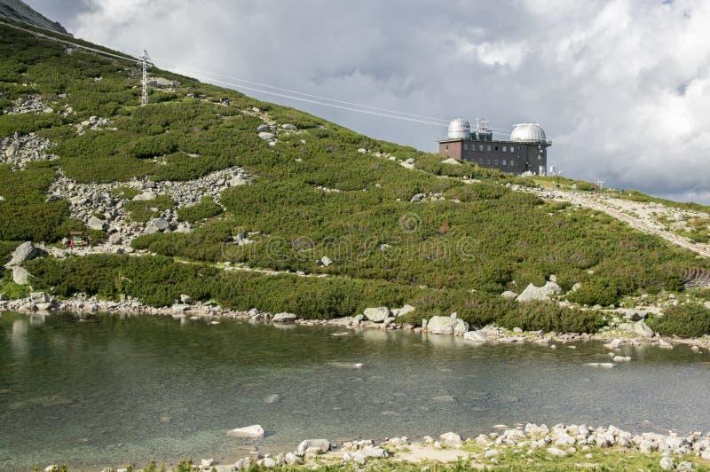 A moraine represou o obervatório nomeado lago em montanhas de Tatra, Eslováquia do pleso de Skalnate, o astronômico e o meteoroli foto de stock royalty free