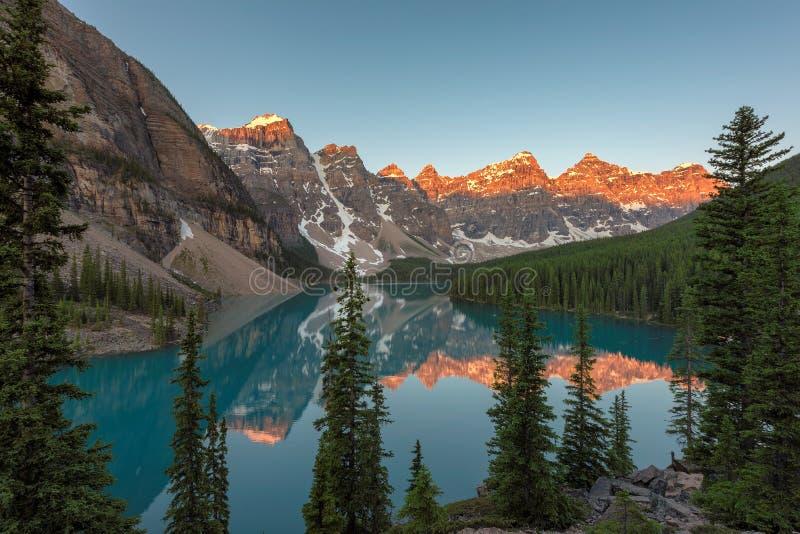 Moraine See bei Sonnenaufgang auf Kanadier Rocky Mountains lizenzfreies stockbild