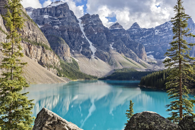 Moraine See in Rocky Mountains, Alberta, Kanada lizenzfreies stockbild