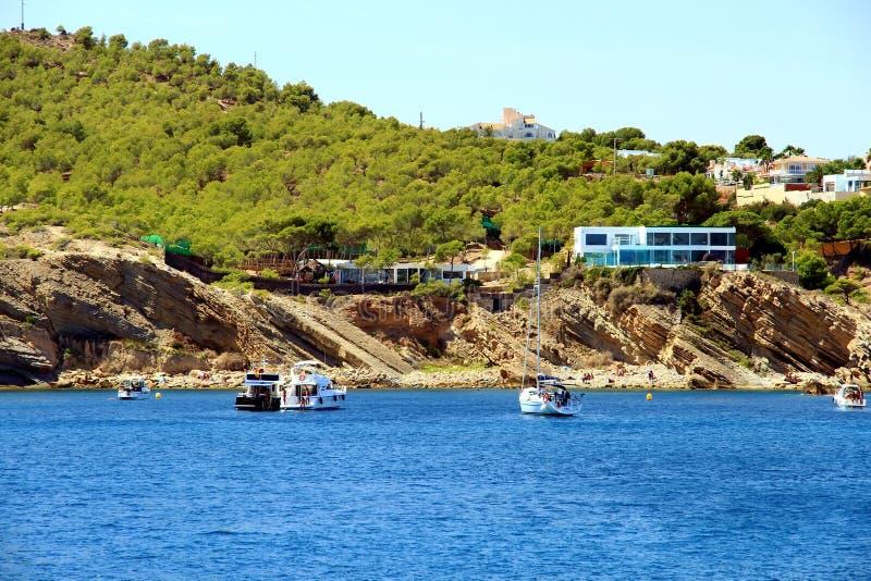 Moraira旅游海岸与游艇和风船的所有类型的 库存照片