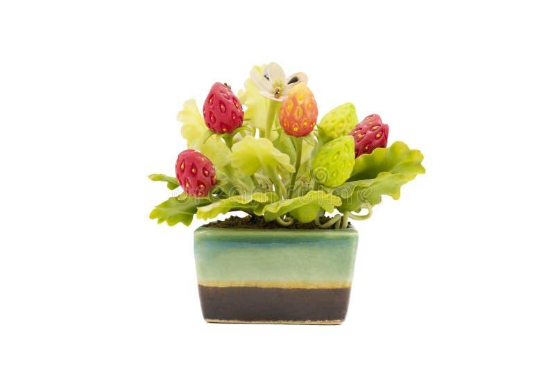 Morango artificial no vaso de flores cerâmico imagem de stock