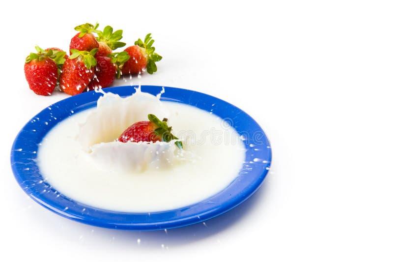 Morango com leite fotos de stock