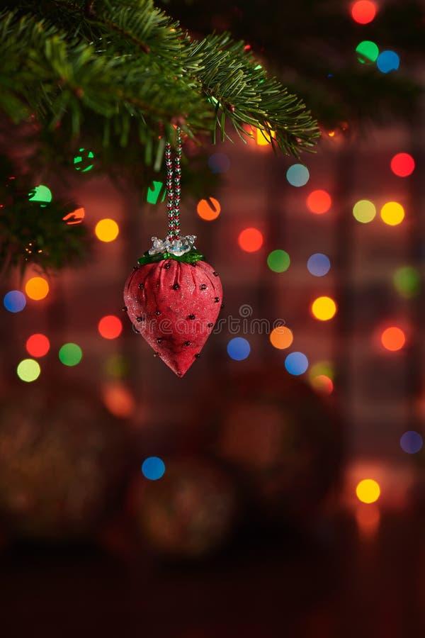 Morango da tela da decoração do Natal na árvore de Natal, fundo colorido escuro do bokeh fotos de stock