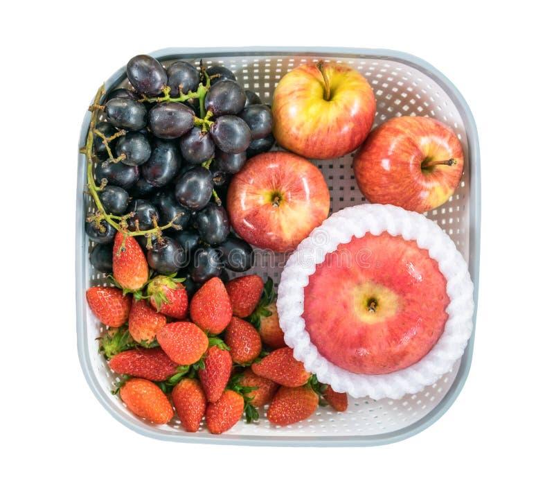 Morango de Apple e uva preta na bandeja imagem de stock royalty free