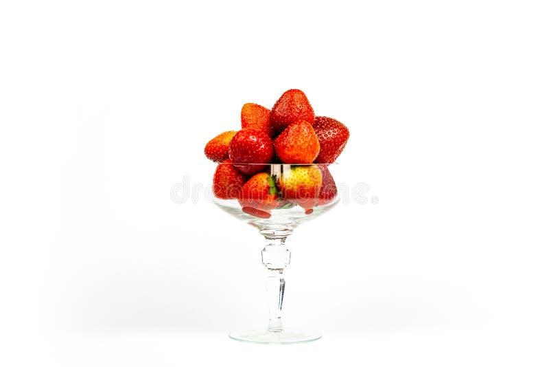 Morango do fruto fresco em um vidro de vidro, isolado no fundo branco imagem de stock