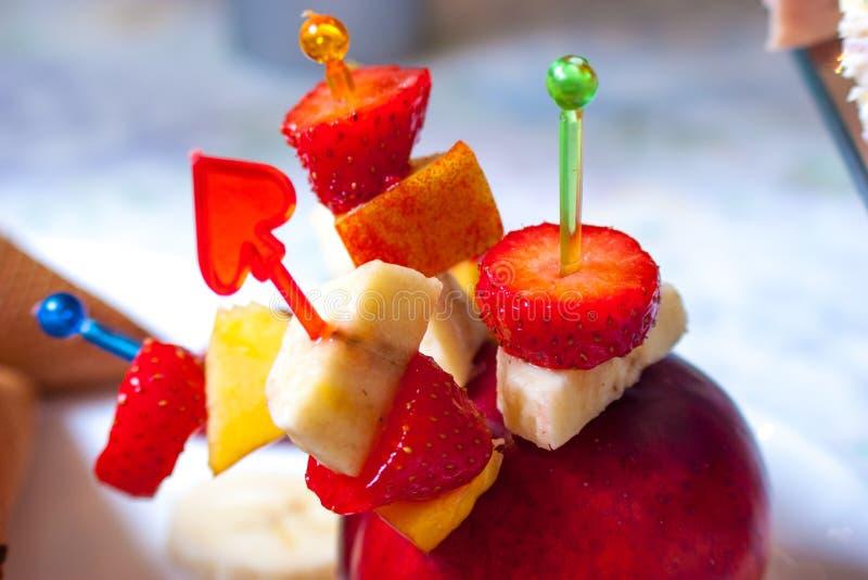 Morango do gelado com frutos fotografia de stock royalty free