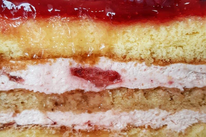 A morango mergulha a textura do bolo de esponja imagens de stock royalty free