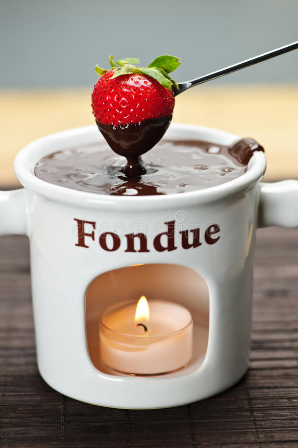 Morango mergulhada no fondue de chocolate imagem de stock royalty free