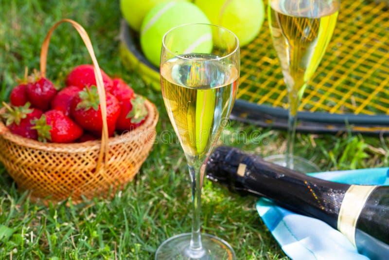 Morangos, champanhe e bolas de tênis imagens de stock royalty free