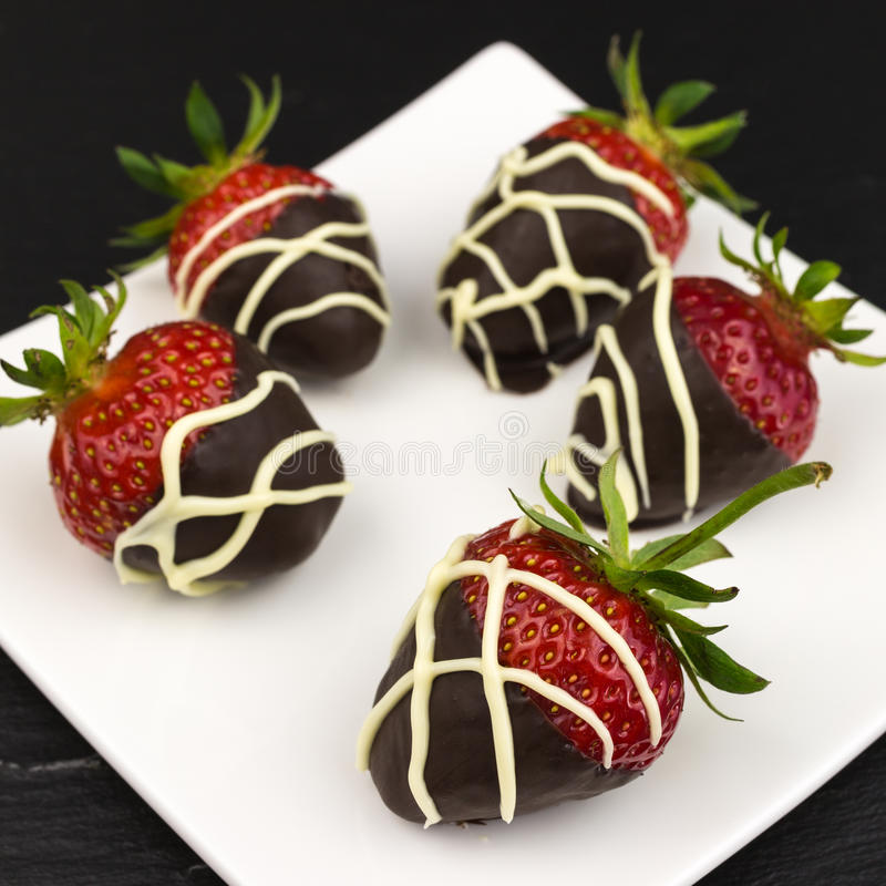Morangos cobertas com o chocolate fotos de stock royalty free