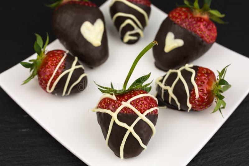 Morangos cobertas com o chocolate imagens de stock royalty free