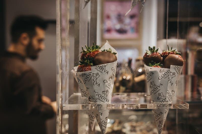 Morangos com cobertura em chocolate na exposição varejo da janela de Godiv imagem de stock royalty free