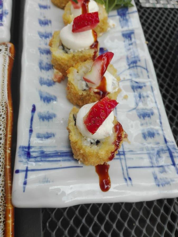Morangos do sushi, bom Japão fritado fotos de stock