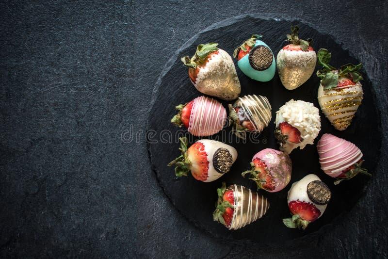 Morangos doces no chocolate servido fotos de stock