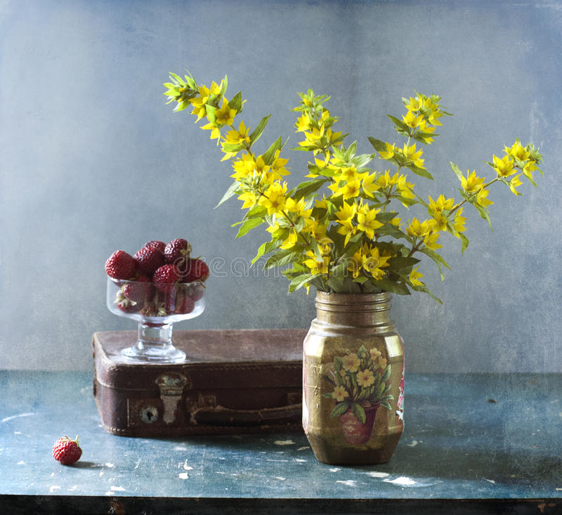 Morangos e flores amarelas imagens de stock