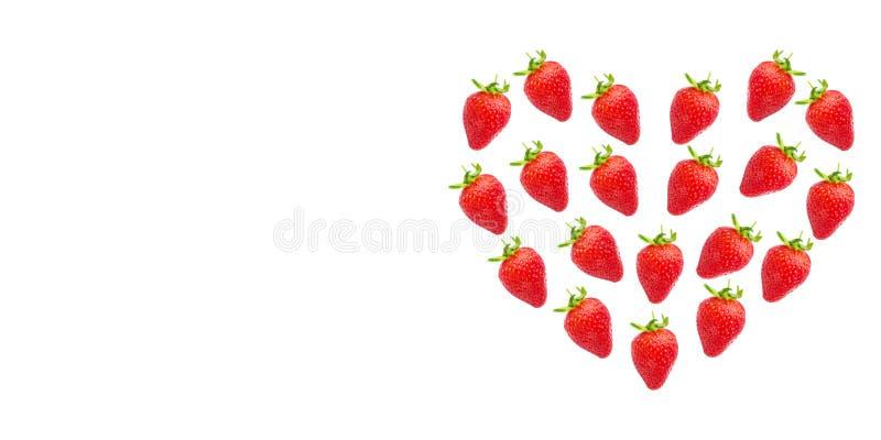 morangos frescas maduras na forma de um coração imagens de stock