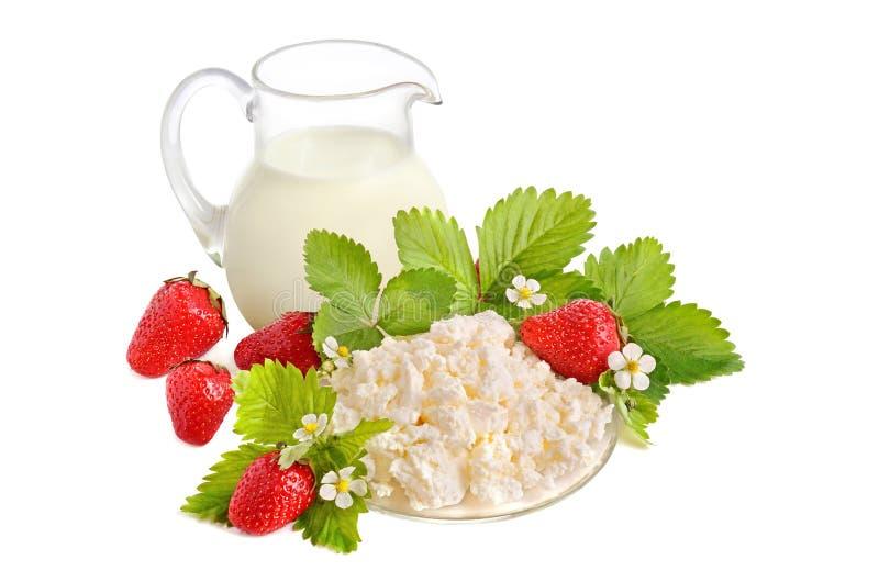 Morangos, leite e requeijão fotos de stock royalty free