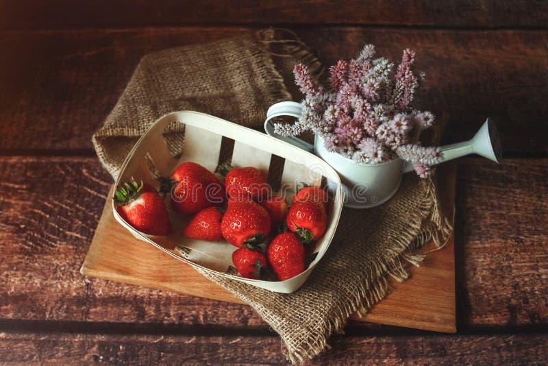 Morangos vermelhas frescas na tabela de madeira, tonificada imagem de stock