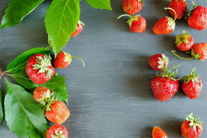 Morangos vermelhas maduras frescas na tabela cinzenta Dieta, saudável, vegetariano imagem de stock royalty free