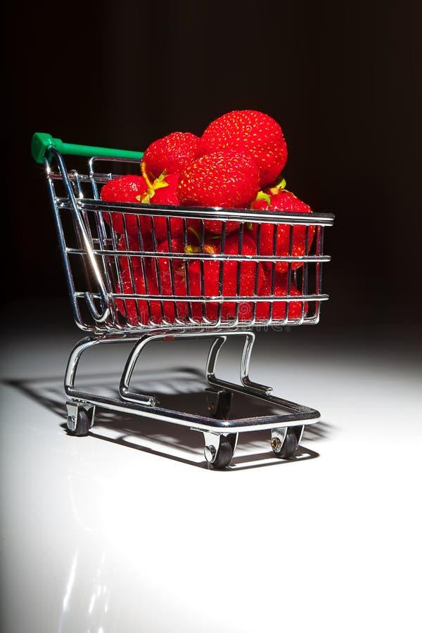 Morangos vermelhas maduras no trole do supermercado imagem de stock