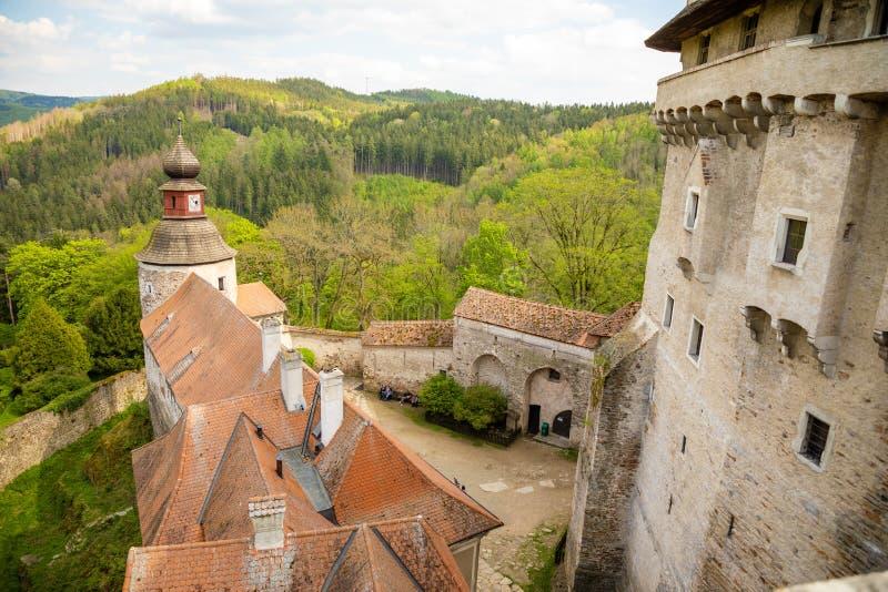 Moravian城堡Pernstejn,站立在漂泊Moravian高地的深森林的上小山在捷克 免版税图库摄影