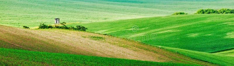 Moravian rullningslandskap med att jaga tornhyddan fotografering för bildbyråer