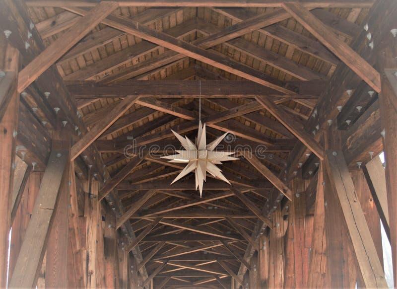 Moravian stjärna i gamla Salem Museum & trädgårdar royaltyfri bild