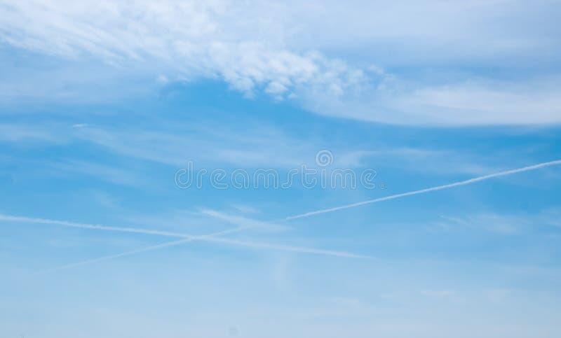 Morbidamente nuvole nei precedenti del cielo blu fotografia stock