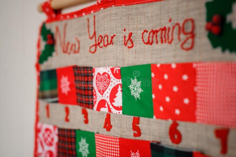 Morbidezza e calendario di Natale del tessuto decorato con l'albero di Natale fotografie stock