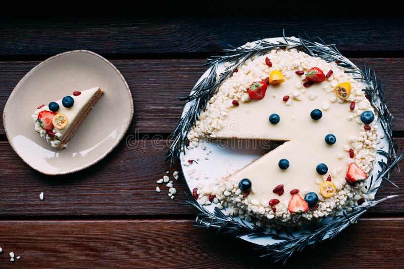 Morceau blanc de coupe de gâteau de chocolat de vue supérieure photos libres de droits
