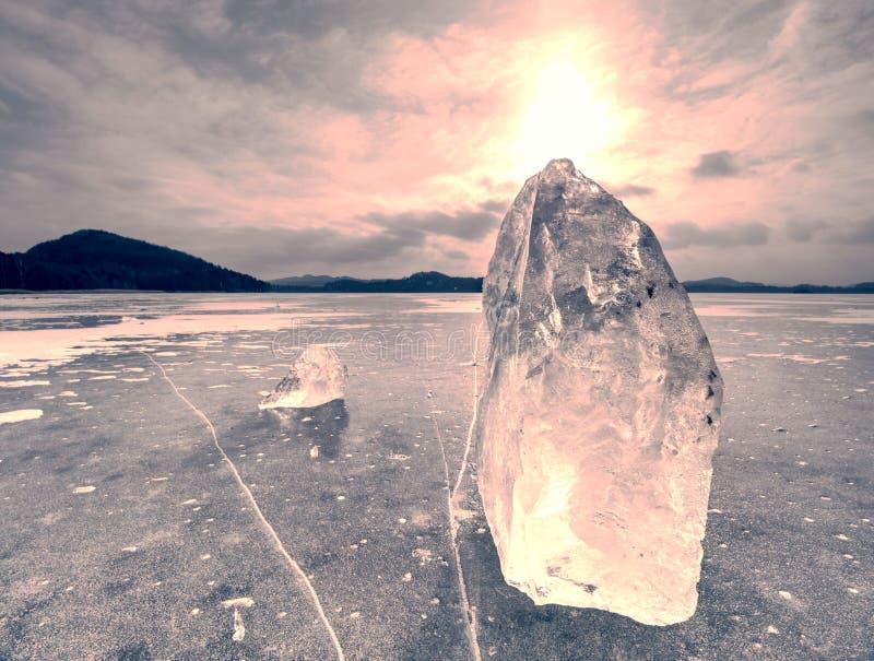 Morceau coloré de glace en égalisant le soleil polaire Nature glaciale abstraite images stock
