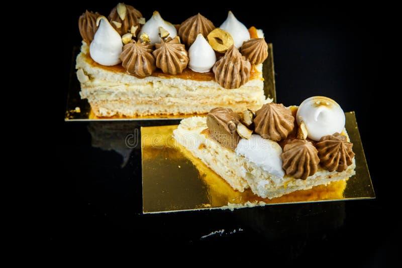 morceau cutted de gâteau de Kiev de double couche avec de la crème et des écrous image stock