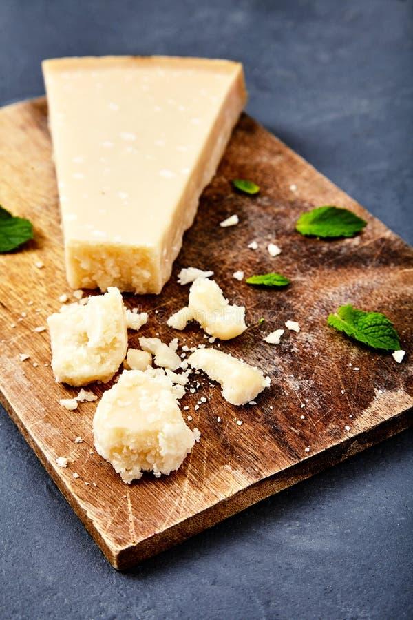 Download Morceau D'un Parmesan Et D'un Fromage Râpé Image stock - Image du ingrédient, instruction: 77151443