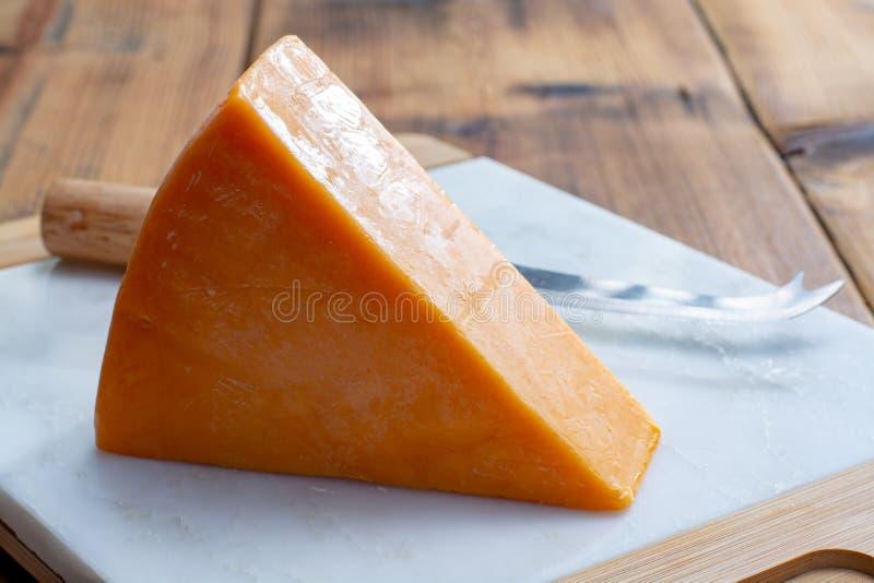 Morceau de cheddar jaune lumineux fromage à pâte dure, provenant du village anglais du cheddar à Somerset images libres de droits